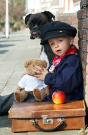Junger Mann mit seinem Tier auf Reisen| Tierarztpraxis-Hanau.de